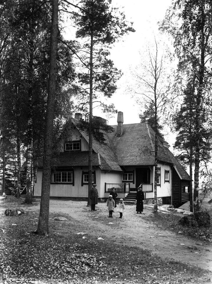 Jean and Aino Sibelius with daughters Margareta, Katarina and Heidi in front of Ainola in 1915, Aino and Jean Sibelius' Ainola