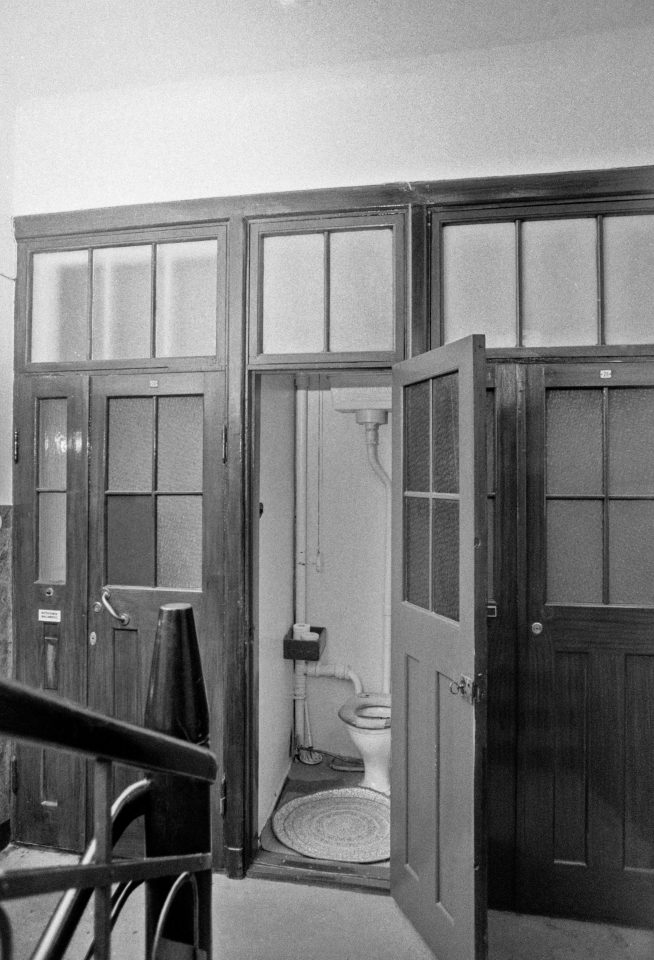 Original common bathroom in the staircase photographed in 1979, before the refurbishment, Ihantola