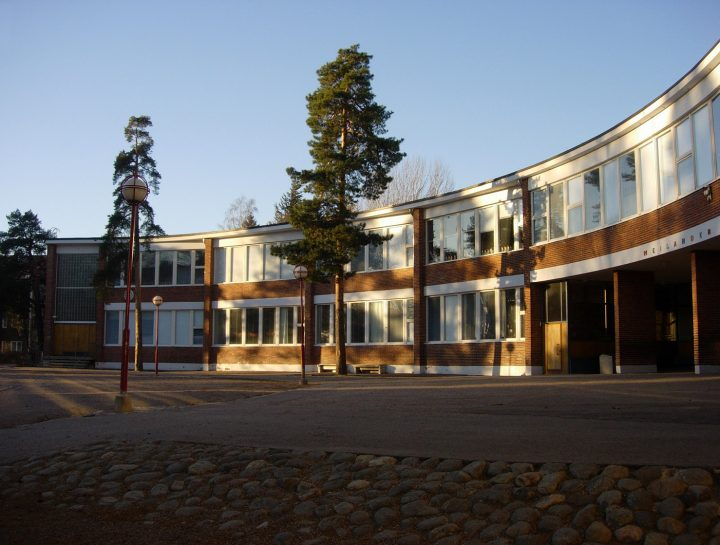 Schoolyard and the main façade, Meilahti Primary School