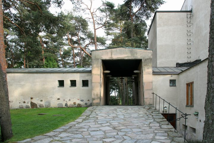 Gateway between the chapel and the mortuary, Resurrection Chapel