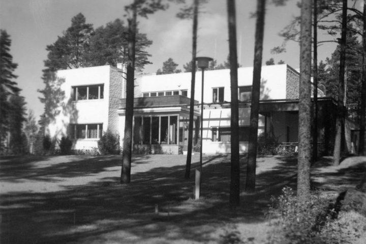 Facade towards garden, Kantola House