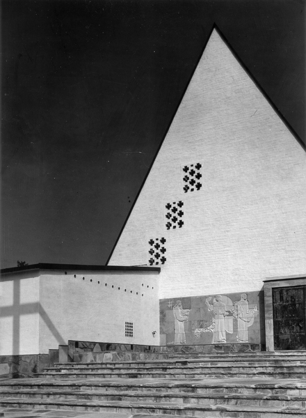 Gable of the larger chapel, with a wall relief by Jussi Vikainen, Honkanummi Funerary Chapel