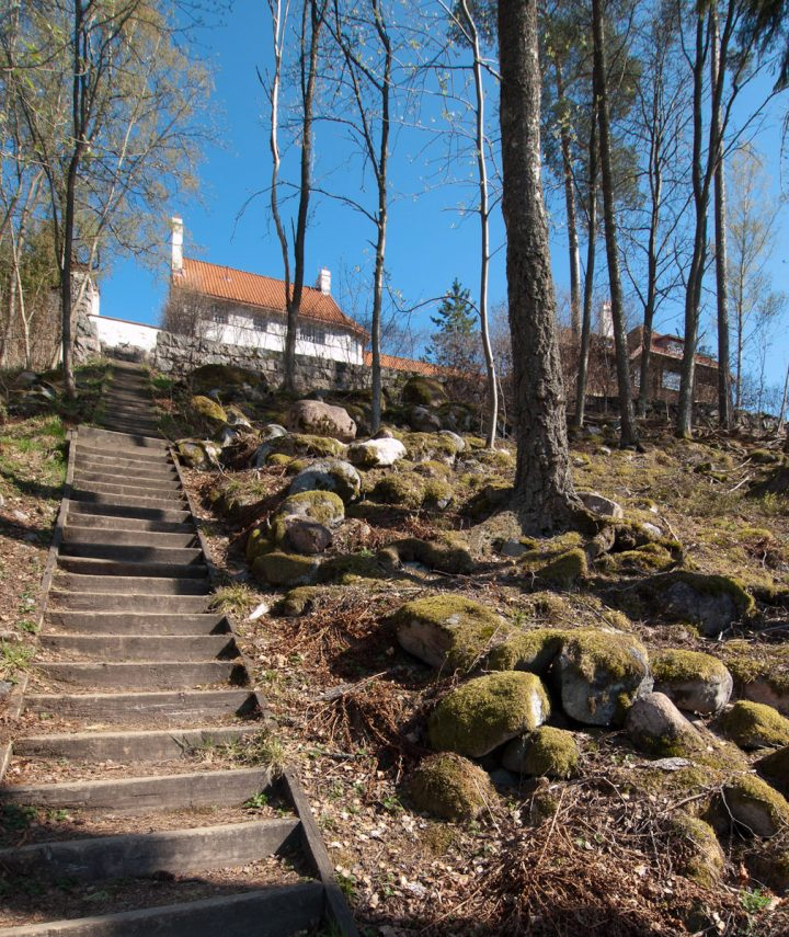 The stairs lead to the sauna and lake Vitträsk, the white building is the northern wing, designed by Eero Saarinen, Hvitträsk