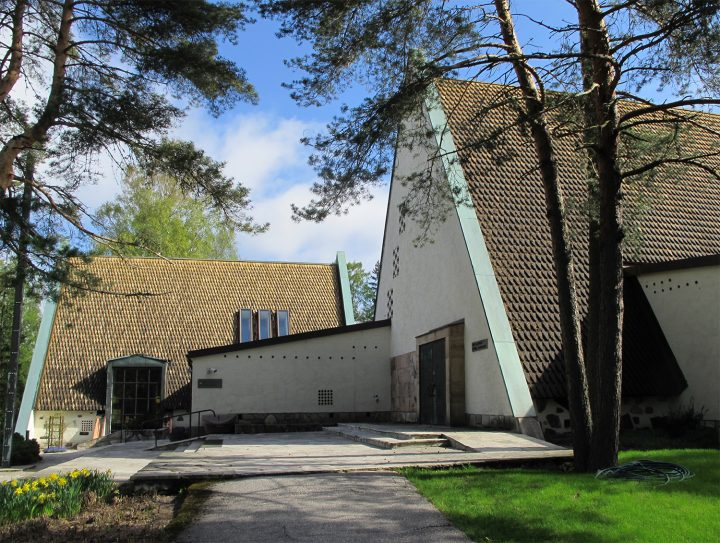 The two chapels with tarred shingle roofs and the waiting area between them, Honkanummi Funerary Chapel