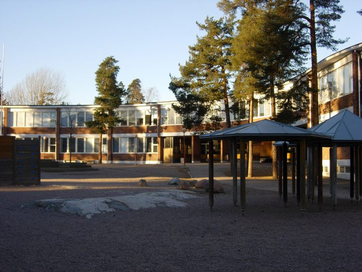 Schoolyard and the main façade, Meilahti Primary School