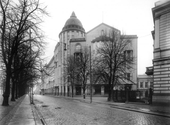 The street façade photographed in 1920, New Student House